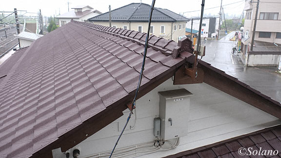 両毛線・国定駅、跨線橋に上り木造駅舎を真横から見下ろす。