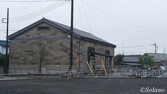 両毛線・国定駅前、石造りの立派な農業倉庫