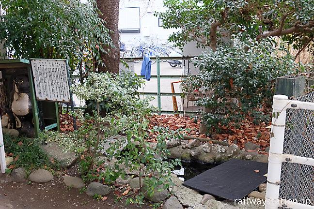 JR相模線・倉見駅、信楽焼のたぬきがいる池庭