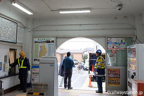 JR相模線・倉見駅、半円形の出入口が印象的な駅舎