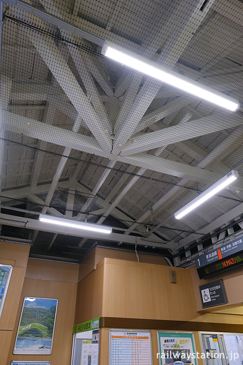 JR東海道本線・真鶴駅、木の構造が剥き出しの屋根裏