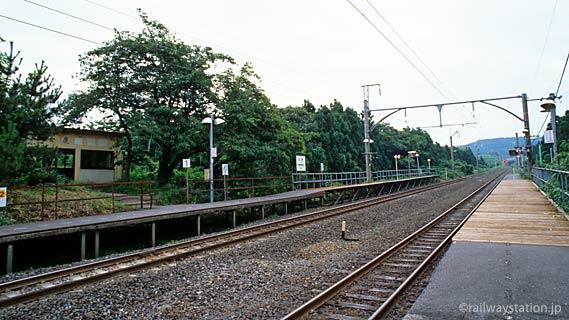 JR羽越本線の秘境駅・女鹿駅のプラットホームと駅舎