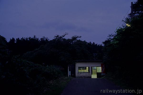 山形県遊佐町、夜の闇に包まれ秘境駅ムード溢れる女鹿駅