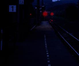 羽越本線・女鹿駅、夜のプラットホーム