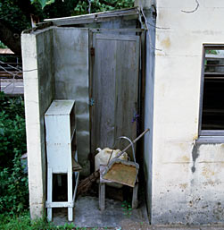 羽越本線・女鹿駅、駅舎横の謎の小部屋…