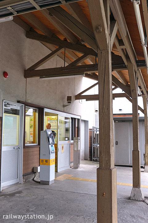 JR篠ノ井線・南松本駅の木造駅舎、ホーム側の木の柱