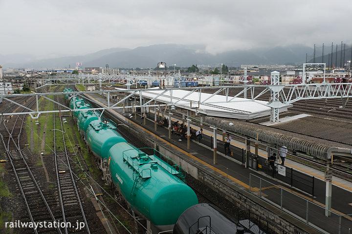 JR篠ノ井線・南松本駅ホーム、JR貨物の駅もある広い駅構内