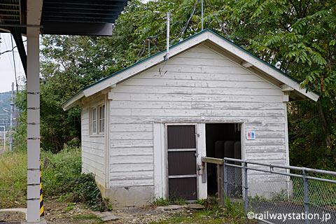 奥羽本線(山形線)中川駅、木造の古いトイレ
