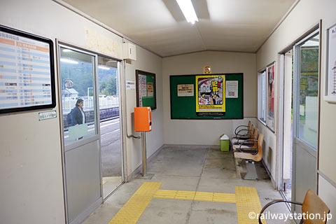 奥羽本線・中川駅、貨車駅舎だが内部の待合室は改装