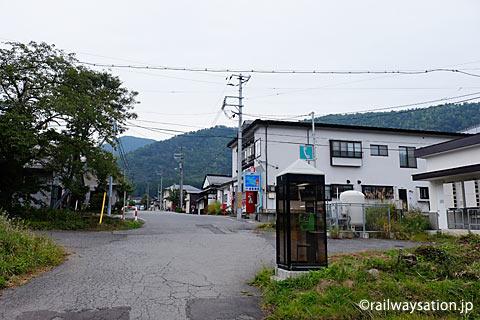 山形県南陽市、奥羽本線(山形線)中川駅の駅前