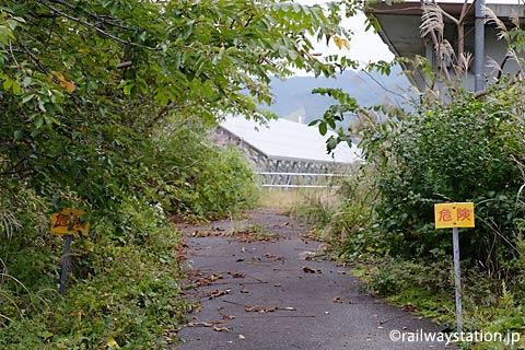 奥羽本線(山形線)中川駅、「危険」の立札のある一角…
