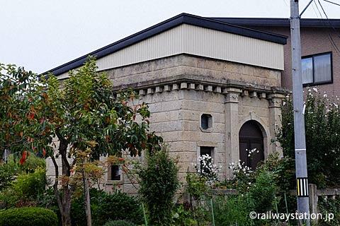 奥羽本線(山形線)・中川駅前、洋風の石造り小屋。