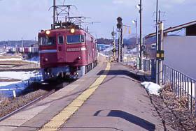 津軽線・中小国駅と通過し青函トンネルへ向かうED79牽引の貨物列車