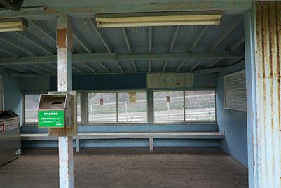外房線・行川アイランド駅、簡素な待合室内部