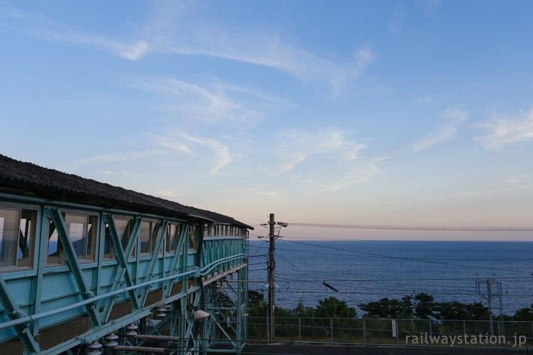 海の見える駅、根府川駅の夕空と木造跨線橋