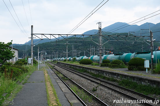 JR東日本・篠ノ井線・西条駅、重厚な貨物列車が停車中