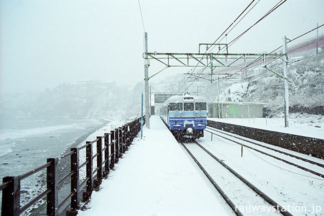JR東日本・信越本線、冬の青海川駅ホームと普通列車