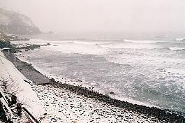 信越本線・青海川駅プラットホームから荒天の日本海を見る