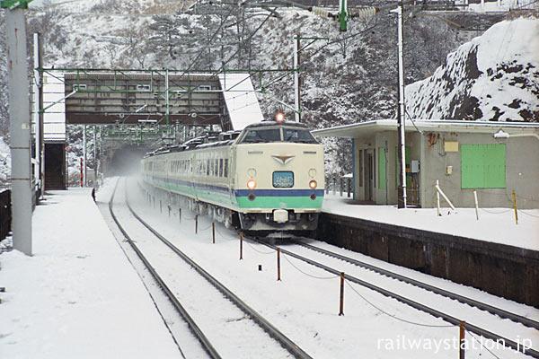 信越本線・青海川駅を通過する485系電車の特急北越