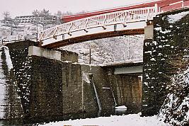 JR東日本・青海川駅、信越本線旧線跡の橋脚