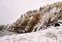 jJR東日本・青海川駅近く、日本海の断崖にある信越本線旧線跡