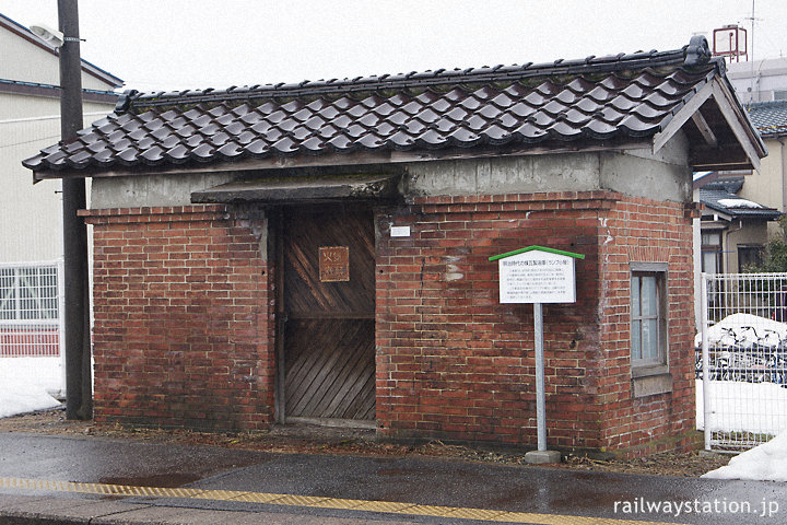 JR東日本信越本線・三条駅、レンガ製の油庫(ランプ小屋)