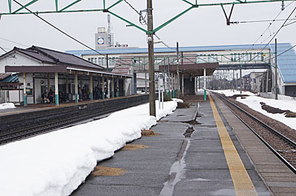 JR信越本線・三条駅2面3線のプラットホーム