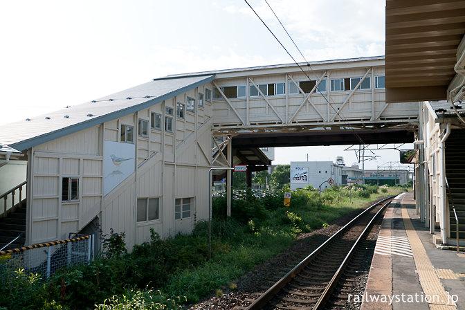 JR東北本線・仙北町駅、重厚な木造跨線橋
