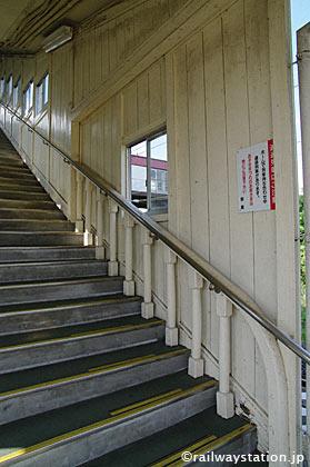 JR東北本線・仙北町駅、木造跨線橋の手すり