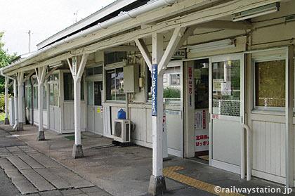 JR東北本線・仙北町駅の木造駅舎ホーム側