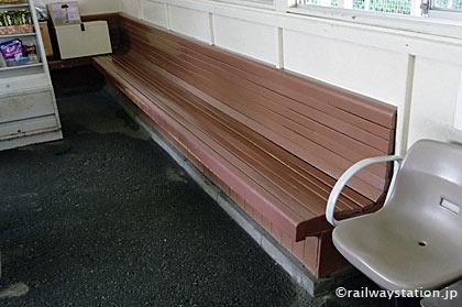 JR東北本線・仙北町駅の木造駅舎、待合室の造り付けベンチ