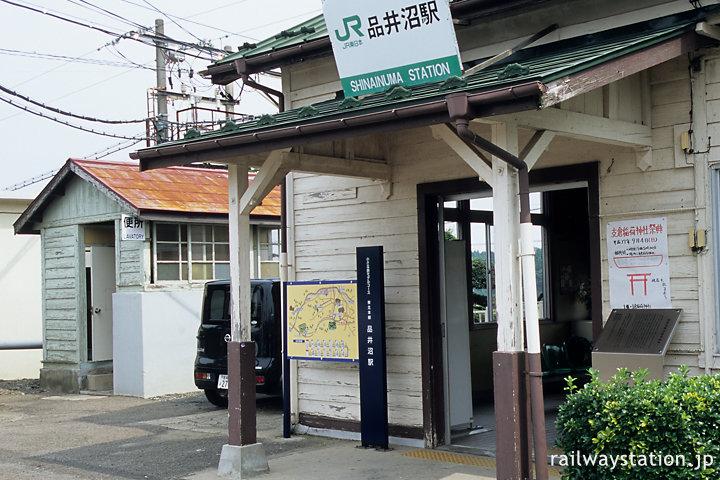 宮城県松島町、品井沼駅。木造駅舎の横に古い木造トイレが並ぶ