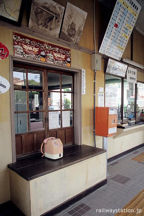 JR東北本線・品井沼駅、手小荷物窓口跡のピンク公衆電話