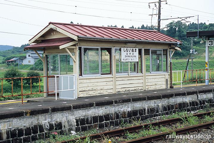 東北本線・品井沼駅、石積みのホームと古い木造待合室