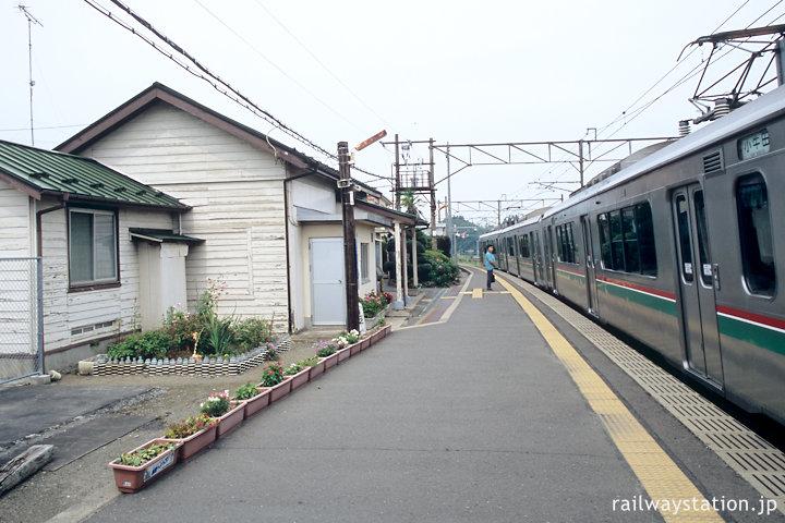 東北本線・品井沼駅、木造駅舎と701系電車