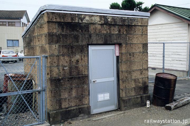 JR東日本東北本線・品井沼駅、石造りの危険品庫(油庫)