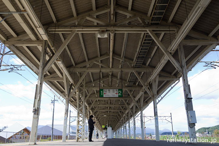 JR白河駅、プラットホームの長い木造上屋