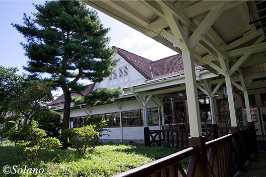 東北本線・白河駅、駅舎とホームを結ぶ通路から眺めた庭園