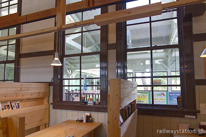 JR白河駅の駅舎内カフェ、木枠の窓の側のテーブル