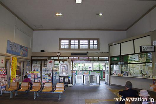 東北本線・白河駅の木造駅舎、内部の出札口や改札口