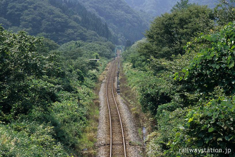 JR東日本・米坂線、玉川口駅跡を見下ろす。鉄橋の向こうは県境で、新潟県。