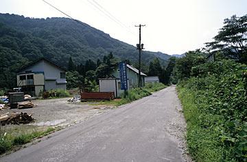 JR米坂線・玉川口駅跡、かつての駅前に数軒の建物がある