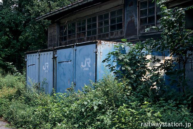 JR東日本・米坂線の廃駅、玉川口駅近く。JR貨物コンテナが放置された廃墟