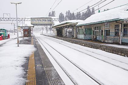 JR東日本・奥羽本線・津軽新城駅プラットホームと駅舎