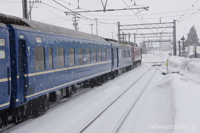 JR奥羽本線・津軽新城駅を通過する寝台特急日本海