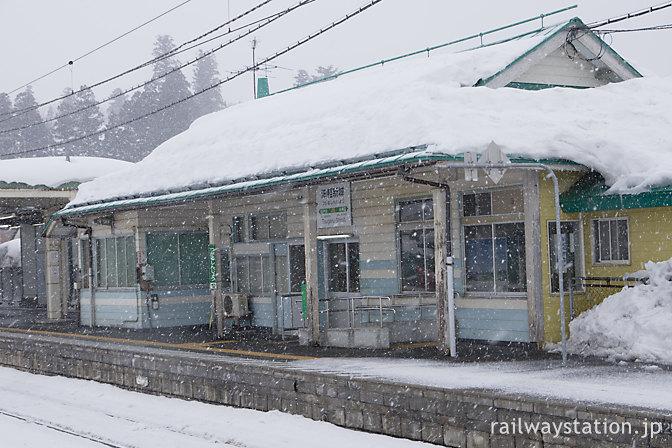 雪深い奥羽本線、津軽新城駅の木造駅舎