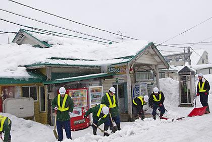 奥羽本線、雪深い津軽新城駅、雪かき作業中