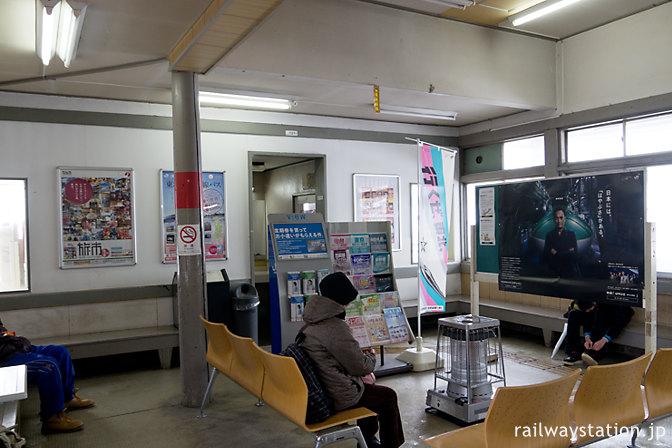 奥羽本線・津軽新城駅の木造駅舎、待合室