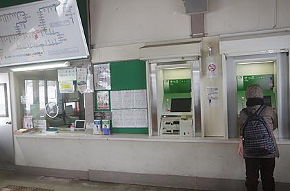 奥羽本線・津軽新城駅、出札口と自動券売機