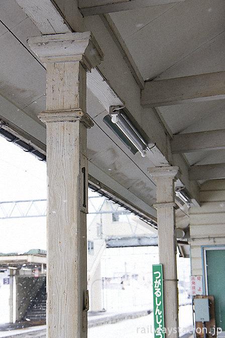 奥羽本線・津軽新城駅の木造駅舎、古い木の柱